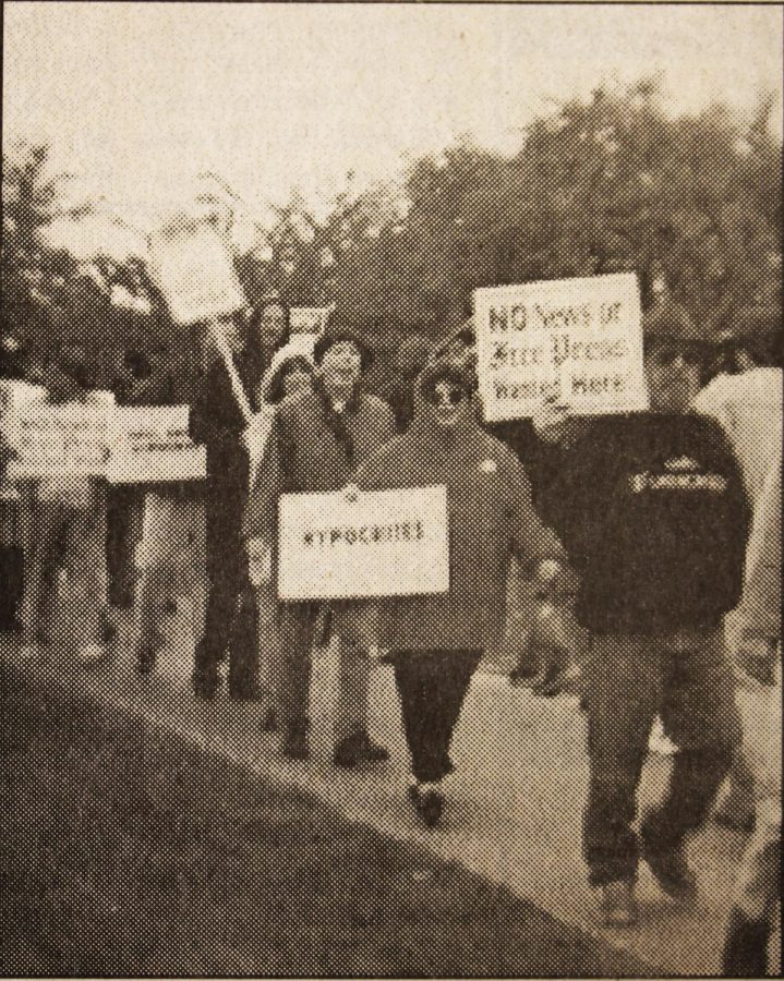Looking+Back%3A+Detroit+Newspaper+employees+picket+against+hiring+of+professor