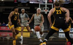 Women's basketball improves to 3-2 in league play