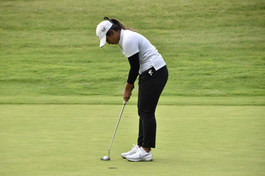 A+member+of+Oakland+Universitys+womens+golf+team+lines+up+for+a+putt+on+Monday%2C+Sept.+27.